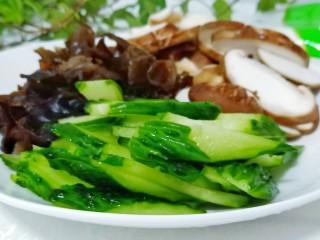 金牌官烧目鱼,黄瓜、香菇分别切片,黑木耳是买的泡发好的,洗干净揪成片即可。