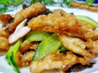 金牌官烧目鱼,由于目鱼肉裹了一层玉米淀粉油炸,吃起来外酥里嫩,非常可口!