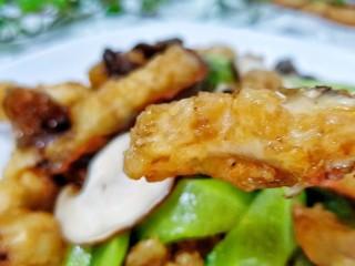 金牌官烧目鱼,迅速翻炒均匀即可出锅。