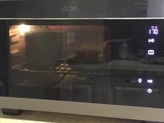 港式吐司,烤箱上下火150度提前预热,预热好放入烤箱烘烤35分钟。