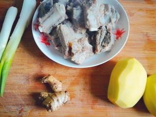 排骨炖土豆,备好所有食材,排骨提前焯水