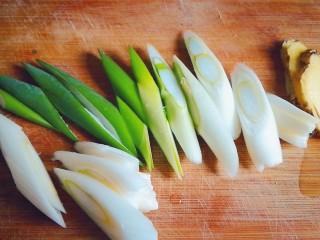 排骨炖土豆,葱姜切段