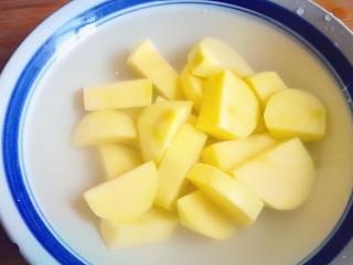 排骨炖土豆,浸泡在水里防止变色