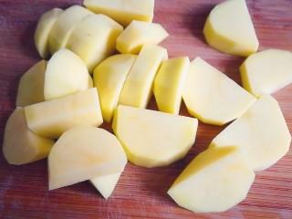排骨炖土豆,土豆切块