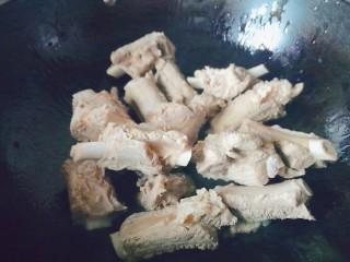 排骨炖土豆,热锅凉油把排骨煎至表面金黄