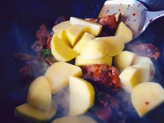 排骨炖土豆,加入土豆翻炒均匀