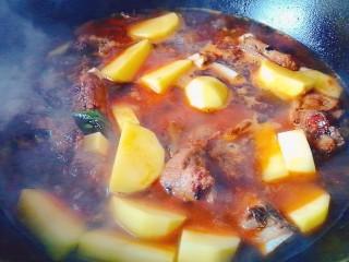 排骨炖土豆,加水小火慢炖
