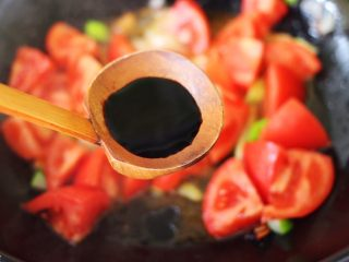 番茄肉丸汤,加入10克生抽调色。