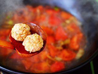 番茄肉丸汤,大火煮沸后,放入做好的猪肉丸子。