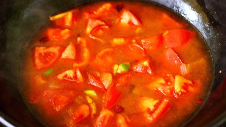 番茄肉丸汤,锅中倒入适量的清水。