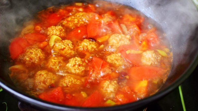 番茄肉丸汤,大火继续炖煮10分钟左右。