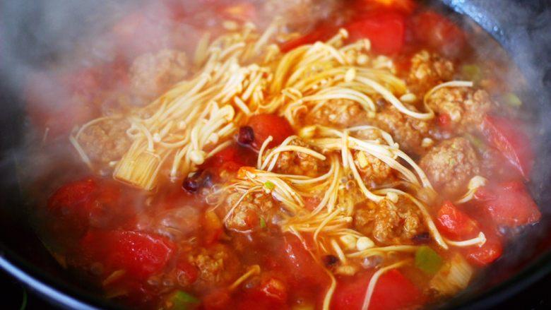番茄肉丸汤,这个时候放入金针菇。