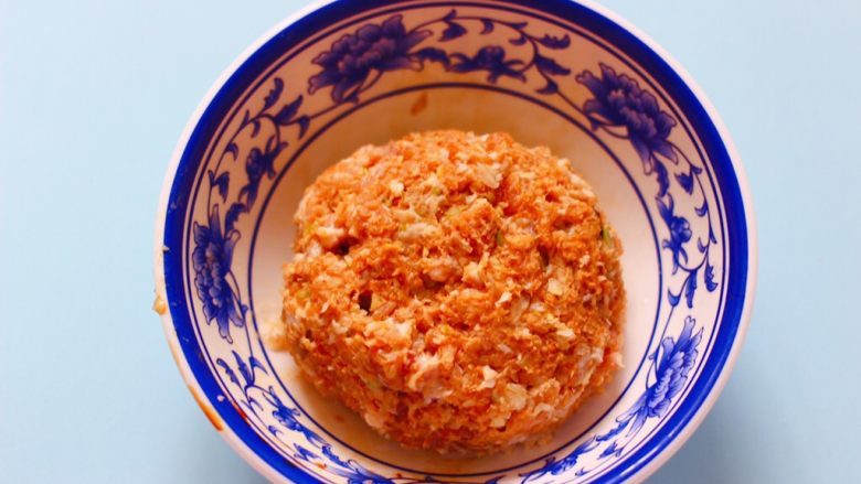 番茄肉丸汤,顺时针方向搅拌上劲即可。