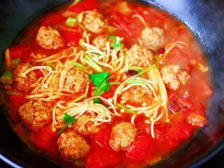 番茄肉丸汤,大火烧开后即可关火,撒上香菜段即可。