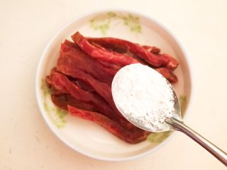 嫩滑多汁的黑椒牛柳,把泡好的牛柳捞出来,沥干水份,加入玉米淀粉
