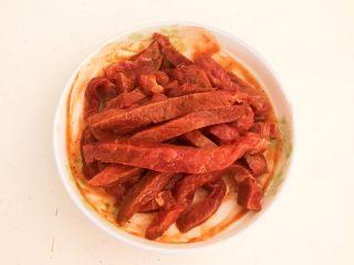 嫩滑多汁的黑椒牛柳,用手抓匀,静止入味10分钟