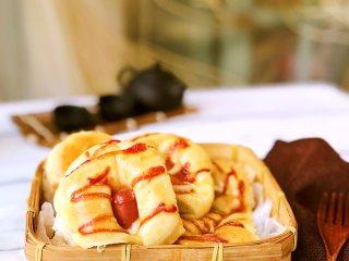 早餐肠仔包,晾到室温后放入袋子或容器里密封保存。