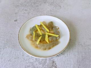 快手早餐~蝦仁時蔬面疙瘩,蝦去皮去頭去蝦線,放入盤中,加入料酒姜絲腌制5分鐘。
