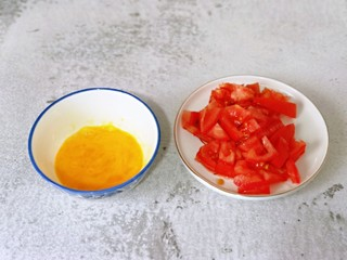 快手早餐~蝦仁時蔬面疙瘩,雞蛋敲碗里,用筷子打散。