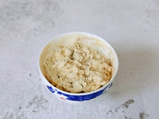 快手早餐~虾仁时蔬面疙瘩,面粉分次加入水,一边用筷子搅拌成絮状即可。