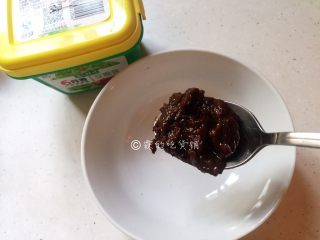 鱼香杏鲍菇,然后先来调酱汁,1勺豆瓣酱。