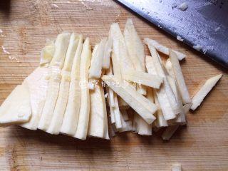 鱼香杏鲍菇,冬笋切丝后,水里汆烫一下。