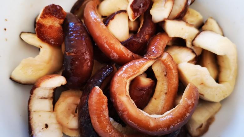 干烧素鳝段,用手抓均腌制片刻