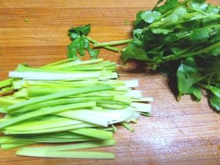 凉拌白菜海蜇皮,蒜苗切丝,香葱切段