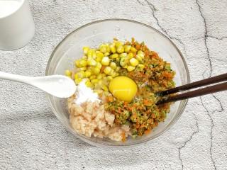 鸡胸蔬菜饼,打入鸡蛋,加盐