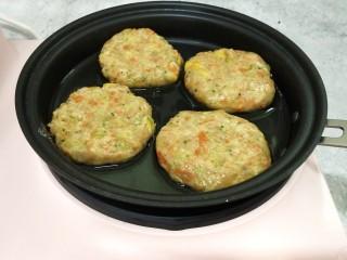 鸡胸蔬菜饼,平底锅中倒少许的油,放入做好的小饼,小火煎至微黄,喜欢外壳硬一点的就煎至金黄
