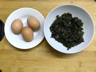 地皮菜炒鸡蛋,准备好材料,鸡蛋3个,地皮菜250克。
