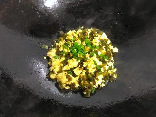 地皮菜炒鸡蛋,出锅前撒入香葱即可熄火。