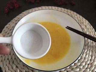 香烤吐司条,加入盐1.5g搅拌。