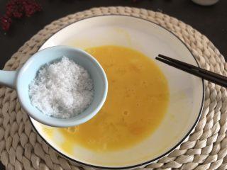 香烤吐司条,加入白糖搅拌。