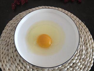 香烤吐司条,鸡蛋一个打散搅拌均匀,选择一个大鸡蛋。