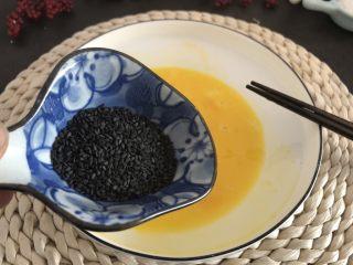香烤吐司条,加入黑芝麻拌匀。