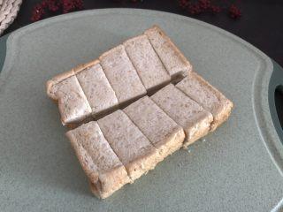 香烤吐司条,吐司片两片先横切条,然后中间切一刀,就切好了,如果想要小细条,可以切细条,中间就不用再切一刀了。