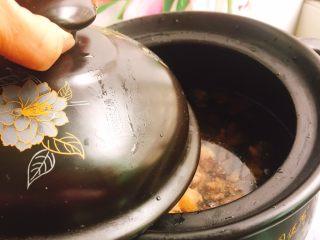 双菇煲鸡汤,然后盖子盖好,大火煲开转中火20分钟