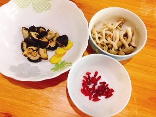 双菇煲鸡汤,准备好备料