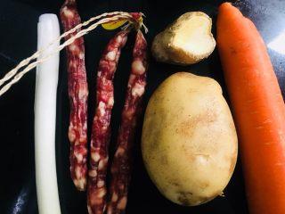 土豆香肠胡萝卜焖饭,准备所需食材如图