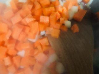 土豆香肠胡萝卜焖饭,放入土豆和胡萝卜翻炒均匀