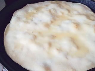 鸡蛋灌饼,起泡的时候先涂一层油然后翻面