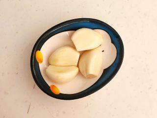 减脂快手菜  银芽炒蛋,大蒜瓣清洗干净