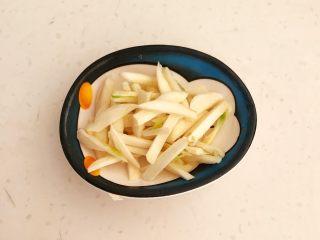 减脂快手菜  银芽炒蛋,把蒜瓣切成蒜丝