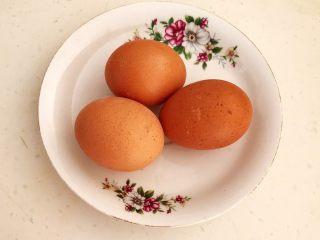 减脂快手菜  银芽炒蛋,鸡蛋清洗干净