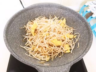 减脂快手菜  银芽炒蛋,翻炒均匀