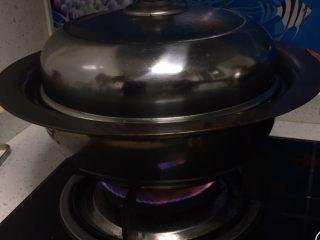 豆沙馒头,锅中放入清水,煤气灶上把水烧开。