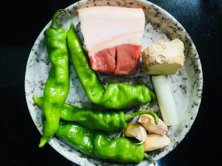 青椒小炒肉,准备所需食材如图