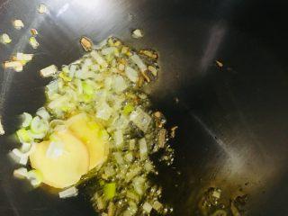 青椒小炒肉,放入葱姜爆香