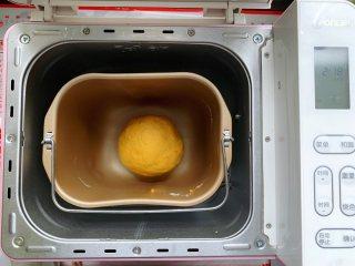 香煎南瓜小馒头,面包机里放入中筋面粉、白砂糖、酵母和南瓜泥,揉成光滑的面团。酵母可以先用少许温水融化一下再用。